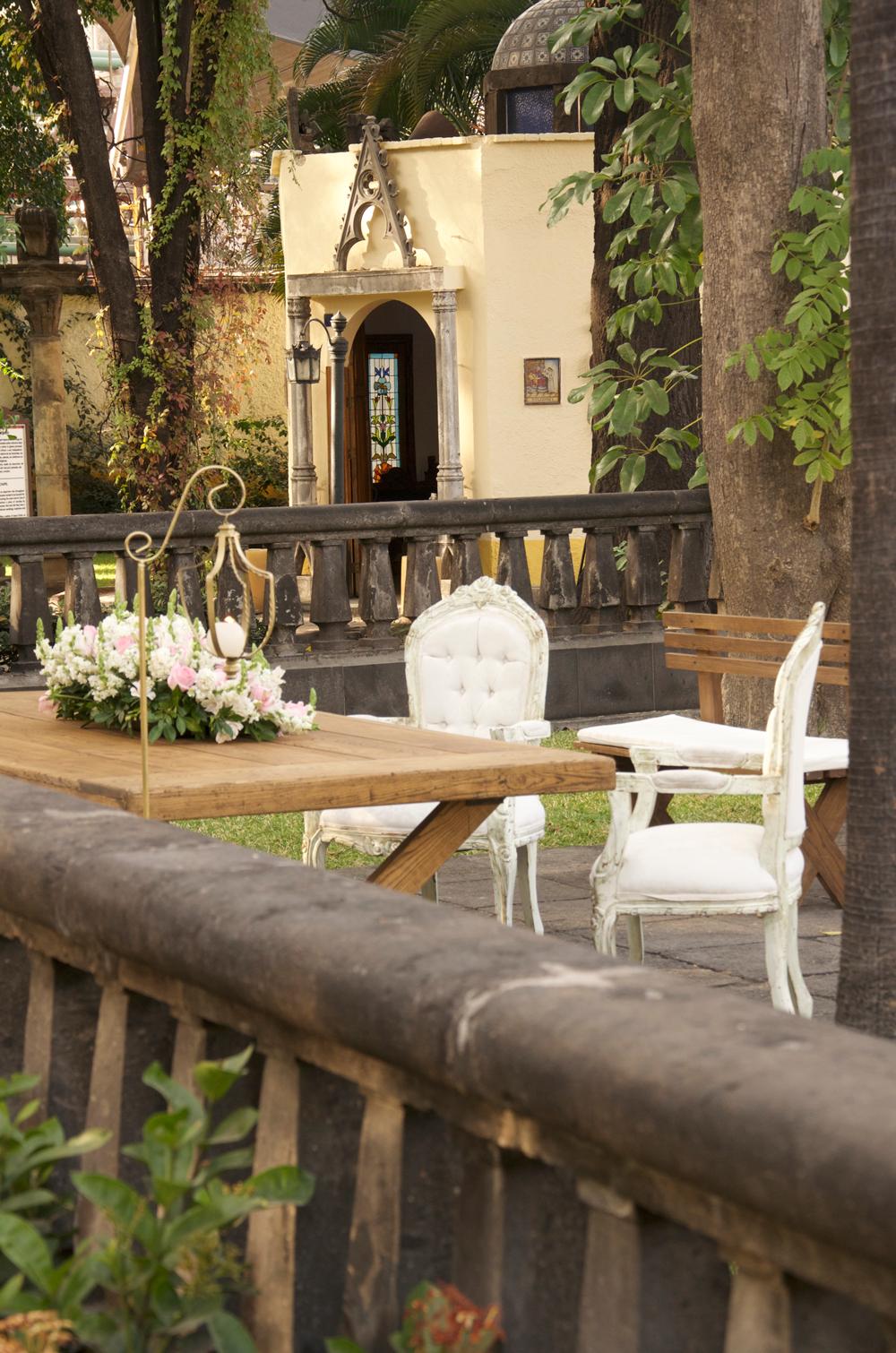 Boda-en-Casa-Sauza-arreglo-floral-con-capilla-al-fondo.png