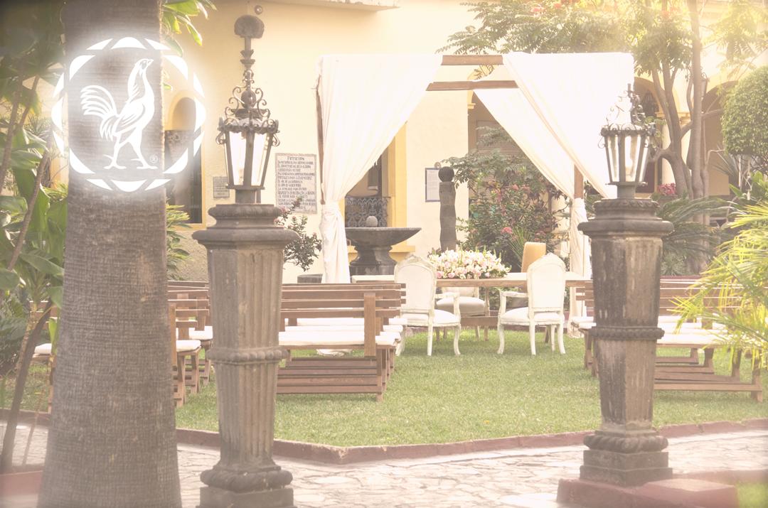 Boda en Casa Sauza en el jardín con mesa para firmas