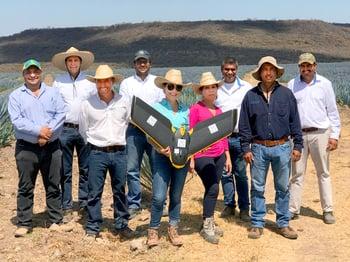 Uso de drones en el campo de Casa Sauza con su equipo de trabajo